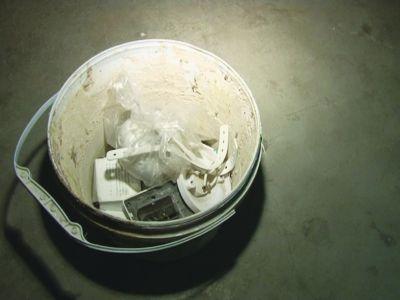 随后,民警陪同葛女士寻找小区的垃圾集中收拾点,没能找到塑料桶