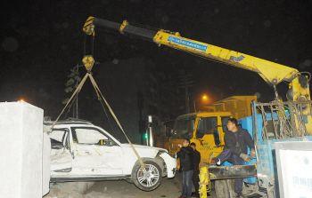 将奔驰吊出来 徐州一大货车狠撞奔驰 奔驰司机颅脑骨折高清图片