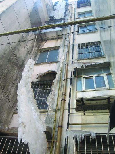 连云港小区楼顶巨型冰凌坠落 砸通燃气管道