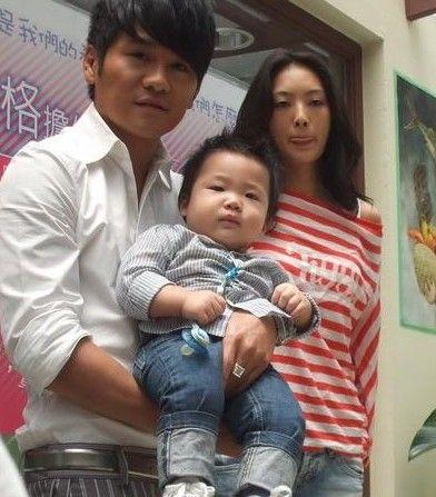 揭歌手曹格温馨家庭照 儿女可爱妻子美艳