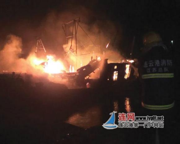 2月28日凌晨2时35分许,停靠在赣榆县海头镇一渔船码头的两艘渔船突然起火,现场火势凶猛。正在家中睡觉的船主得知渔船着火后马上赶到现场并报了警。随后赶到的消防官兵经过两个多小时的紧张扑救,火灾被彻底扑灭,但两艘渔船损失严重。事发时船上没有人居住,事故没有造成人员伤亡。