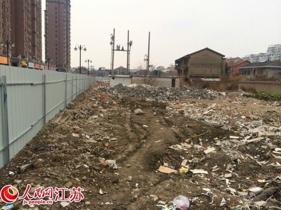 盐城亭湖区200米围栏挡住垃圾场 无人来清理