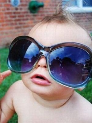 可爱小孩戴墨镜