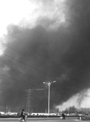 盐城一塑料厂突发大火 滚滚浓烟笼罩半座城