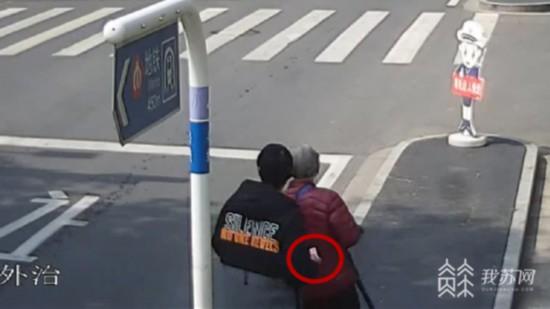 南京一快递员上门推销理财产品 伺机盗取老人万元现金